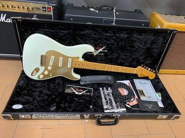Fender Stratocaster Custom Shop Relic NAMM 2011 White with Gold Hardware