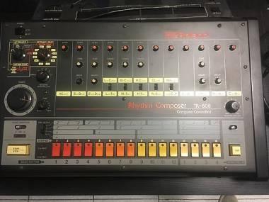 Roland TR 808 con modifica midi Kenton