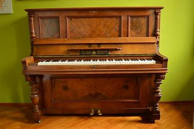 Pianoforte verticale antico restaurato