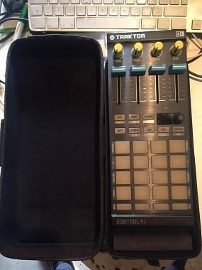 Native Instruments F1 + case originale + knob & fader colorati (DJ Techtools)