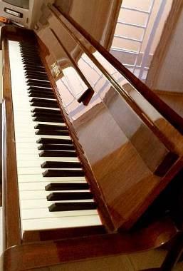 Pianoforte verticale in mogano