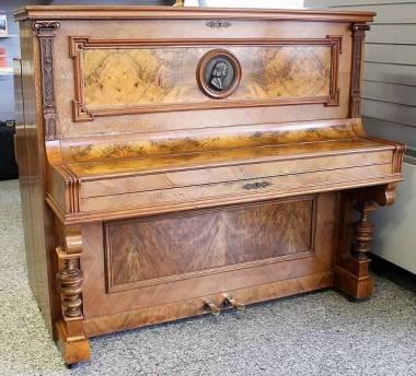 Hupfer & Co. pianoforte acustico verticale cm 133 - in radica - anno 1890